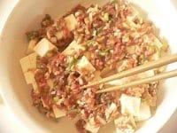 箸で、ひき肉種を広げる