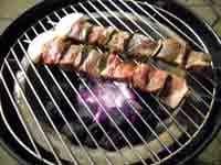 串刺しにした肉を炭火で焼く
