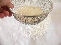 粉をふるって内釜に油をぬる