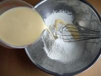 卵黄、牛乳、粉類を混ぜる