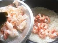 炊き上がれば、殻と昆布を取り出し、えびを入れて混ぜる