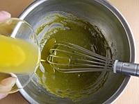 はちみつ、バターを順に加え、混ぜる