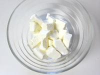クリームチーズと牛乳をレンジで加熱する