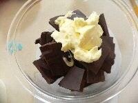 チョコレートとバターを電子レンジで溶かす