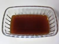調味料を合わせ、マリネ液を作る