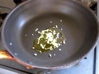ニンニクを炒める