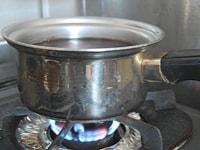 鍋で栗をゆでる