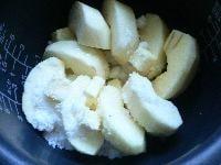 炊飯器にりんごを敷き詰める
