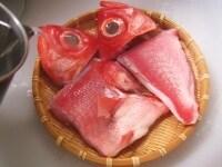 金目鯛に熱湯をかける