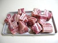 豚肉を切り分け、塩、こしょうをすり込む