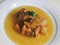 お皿に盛り付け、パセリを飾り煮汁を回しかける。
