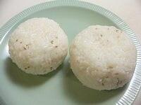 ご飯に白ごまを混ぜておにぎりを作る