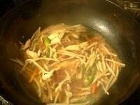 酒、水、スープの素、調味料を加える