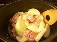 ベーコンと野菜を炒める