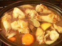 ワインを振りかけて煮込み鍋にあける