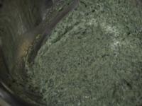 ボウルにほうれん草、チーズ、塩を入れる