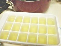 だしを製氷皿に入れる