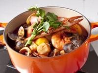 鍋に材料と調味料を加え煮る