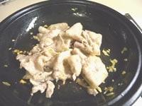 ニンニクと豚肉を炒める