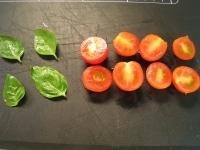 トマトとバジルを洗い、水気を切る