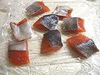 鮭に塩、コショウを振る