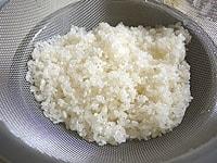 米を洗いざるにあげる