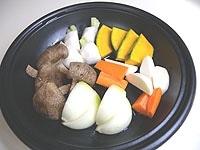 野菜を入れ、蓋をして弱火で15分蒸す