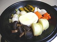 カマンベールチーズを加え、蓋をして弱火で5分蒸す