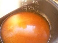 炊飯器に米と鍋汁を入れる