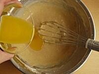 溶かしバターを混ぜる