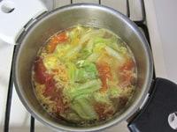 レタス、溶き卵を加え、味を調える