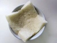 パンを耐熱容器に押し入れる