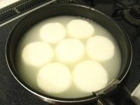 米のとぎ汁に入れ、下茹でする