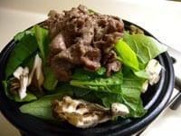 じゃがいも、たまねぎ、小松菜、まいたけ、牛肉を加える