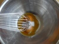 卵黄とグラニュー糖を混ぜる