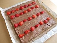 ロールケーキの生地にクリームを塗る