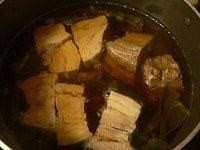 豚肉、昆布、ゆで汁、調味料を入れて煮る