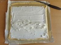 スポンジ生地に生クリームを塗る