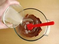 溶かしたチョコレートと粉ゼラチンを合わせて混ぜる