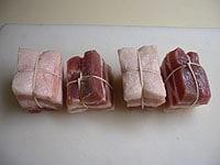 煮くずれを防ぐため、切り分けた肉をタコ糸で結ぶ