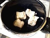 鍋を洗い、豚肉と砂糖をのぞいた調味料を入れる