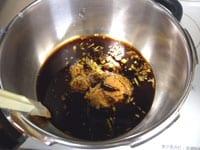 圧力鍋に味噌、生姜のみじん切り、他の調味料、水を入れる