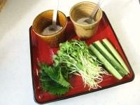 野菜とソースを盛り付ける