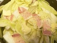 白菜とベーコンを重ねて蒸し煮