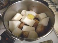 豚肉と大根を加え、圧力鍋で煮る