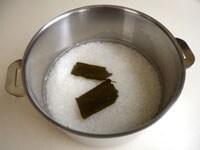 米を洗い、出し昆布を入れて30分置いてから、炊き上げる
