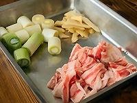 ねぎと生姜、豚肉を切る