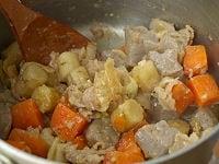 味噌を加え、煮汁がなくなるまで煮る