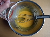 黄身、グラニュー糖、サラダ油、牛乳を混ぜる