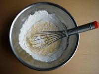 米粉、バニラオイルを混ぜる